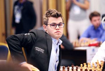 Magnus Carlsen se levanta del tablero