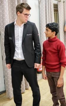 Carlsen con Nihal Sarin (Foto de John Saunders)