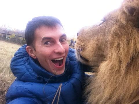 Igor Smirnov selfie con león