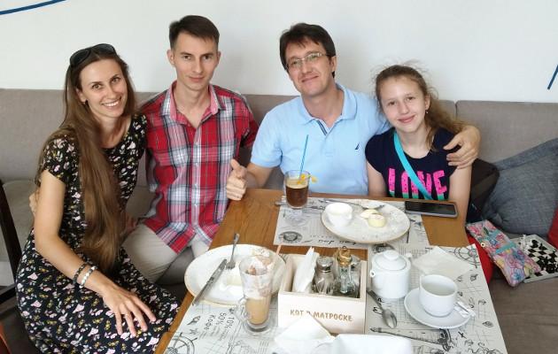 GM Igor Smirnov con estudiante y familia